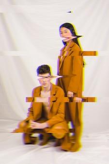 グリッチ効果を持つ茶色の服を着たカップル