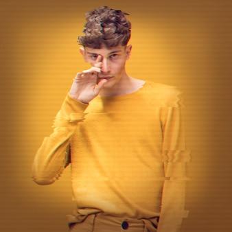 グリッチ効果を持つ黄色のジャンパーの男