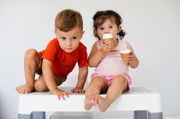 アイスクリームとかわいい若い兄弟