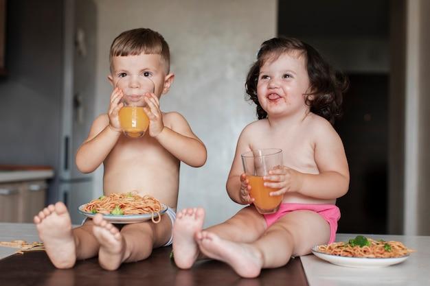 正面料理の小さなお子様向けのお食事