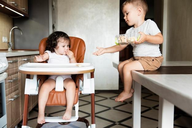 キッチンで愛らしい若い兄弟