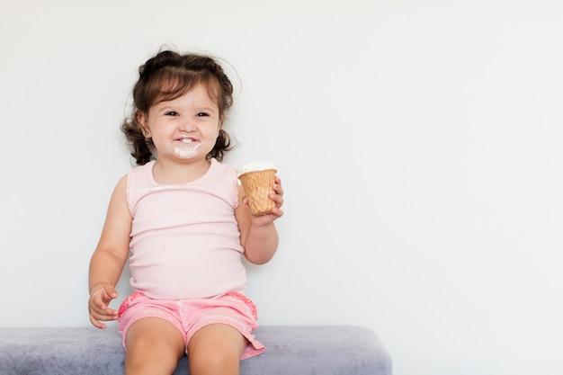 アイスクリームと正面の愛らしい少女