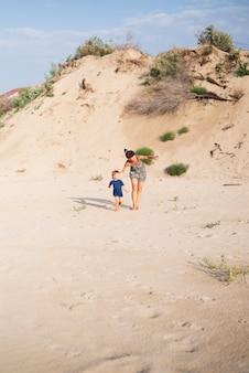 おばあちゃんとビーチで孫