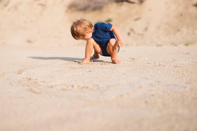低角度のビーチで遊ぶ少年