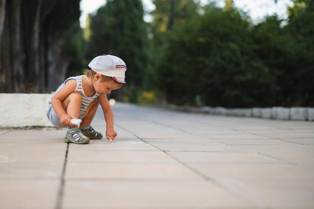 チョークコピースペースで描く少年