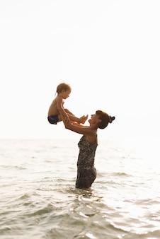 海の瞬間に孫とおばあちゃん