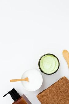 Плоская планировка масла для тела и бутылки с копией пространства