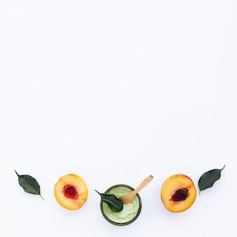 Плоский набор масла для тела и нектаринов с копией пространства