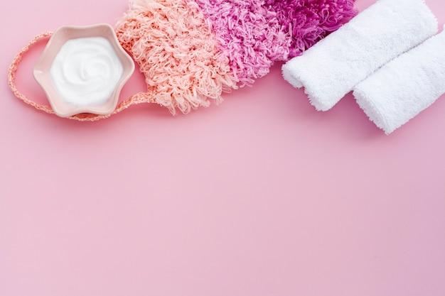 Вид сверху масла для тела на розовом фоне с копией пространства
