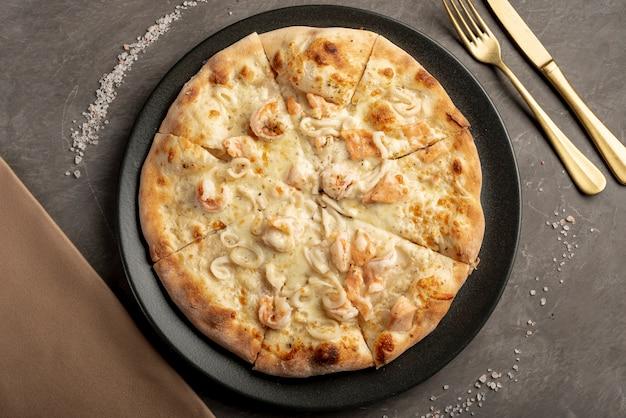 テーブルにおいしいピザのフラットレイアウト