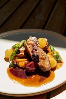 木製のテーブルに美味しいイタリア料理の高角