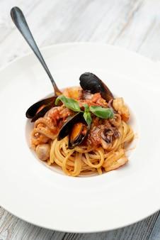木製テーブルの上のスパゲッティのクローズアップビュー