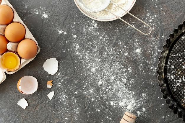 Вид сверху яйца сито и лоток на простой фон