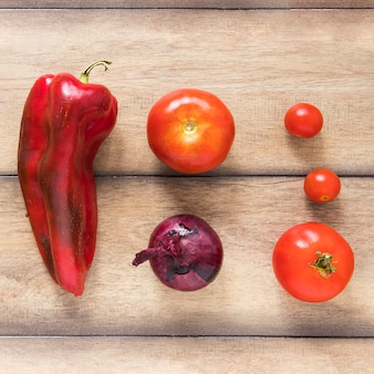 木製のテーブルに美味しい野菜