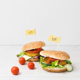 正面のおいしいハンバーガーのクローズアップ