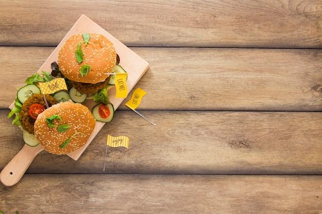 コピースペースで木の板にビーガンハンバーガー