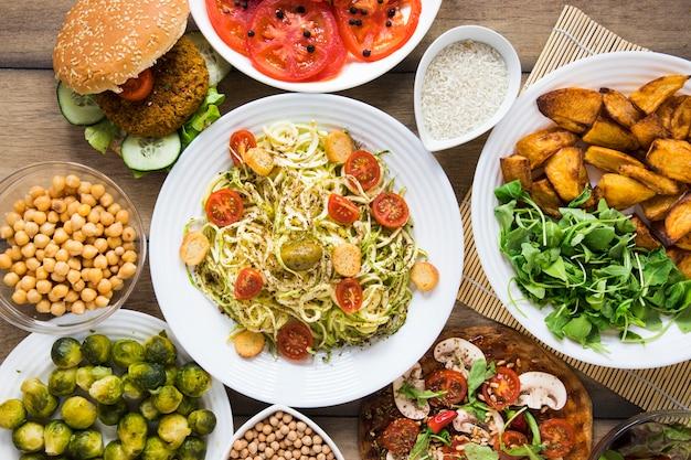 Вид сверху различных веганских блюд