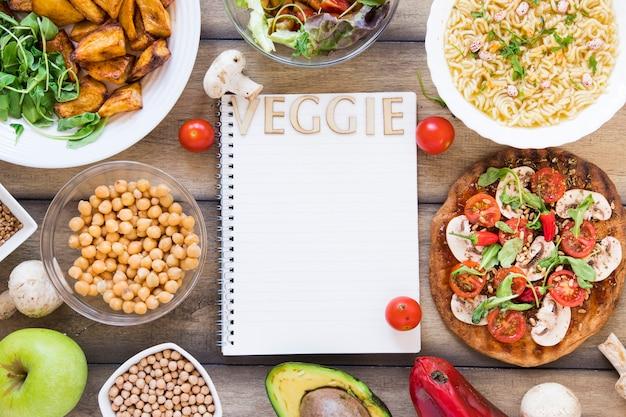 野菜料理に囲まれたノートの野菜レタリング