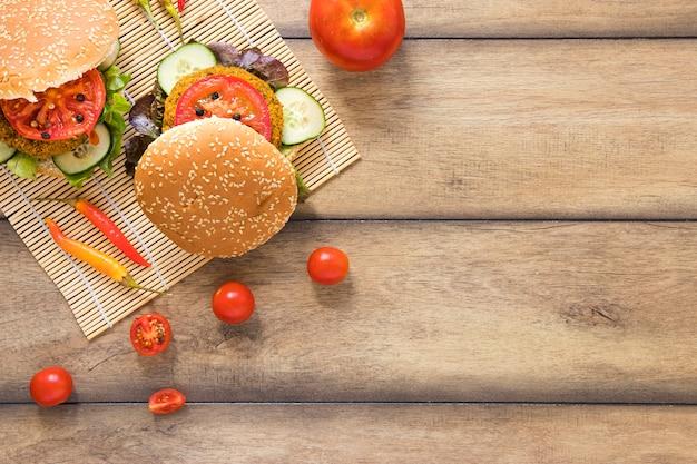 コピースペースを持つ野菜のハンバーガー