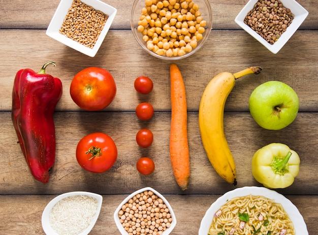 果物と野菜の木製テーブル