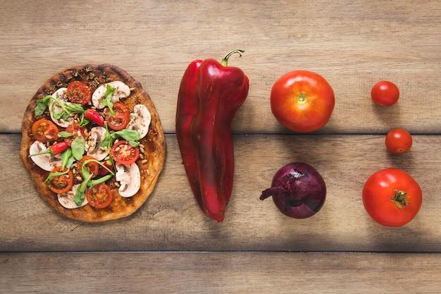 木製の背景においしい野菜料理