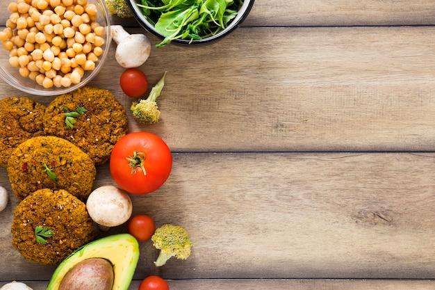 コピースペースを持つ木製テーブルの上の野菜食事