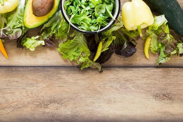 コピースペースを持つ木製テーブルの上の平面図野菜食事