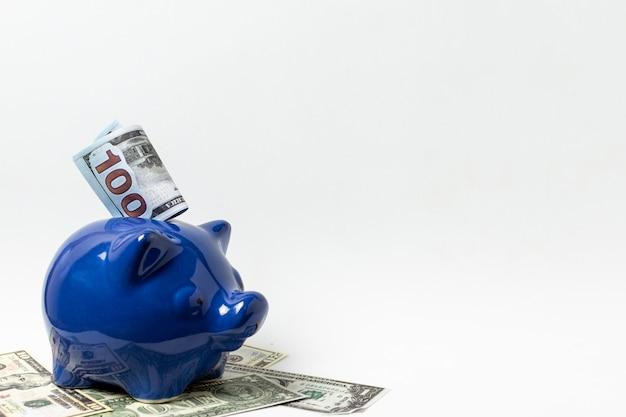 コピースペース白い背景を持つ青い貯金箱