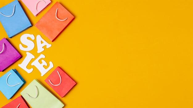 オレンジ色のコピースペースの背景に販売のアイデア