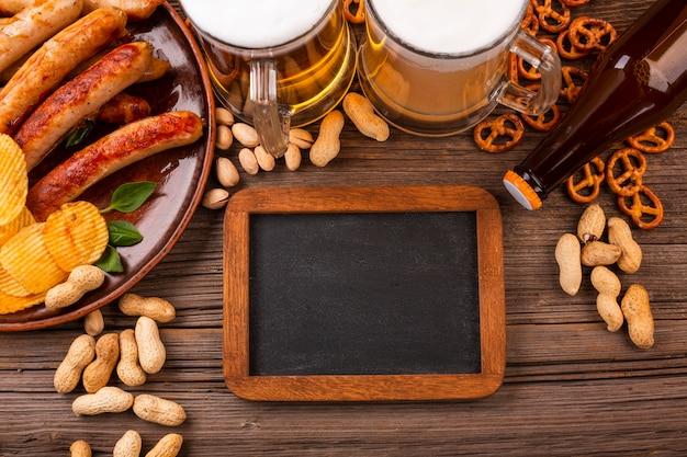 木製のテーブルの上に食べ物とトップビュービール