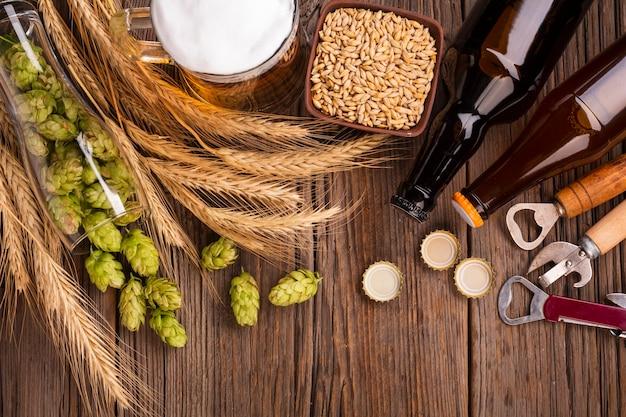 Вид сверху пива из свежих ингредиентов