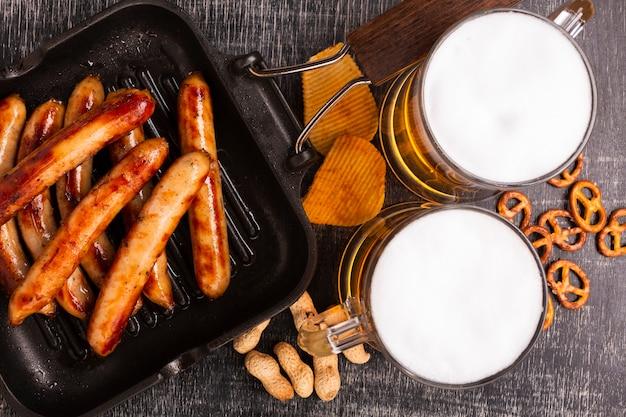 Крупным планом пиво с колбасками