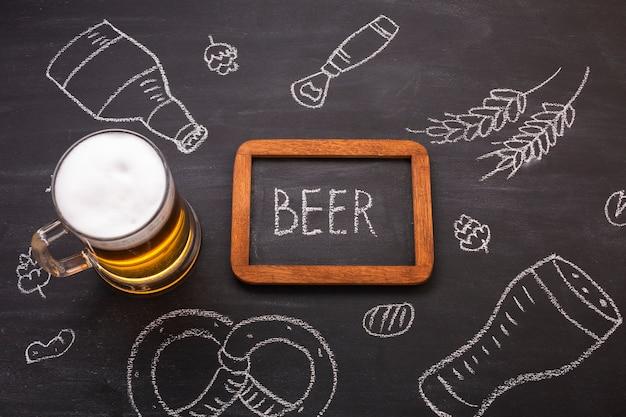 黒板背景でクローズアップビール