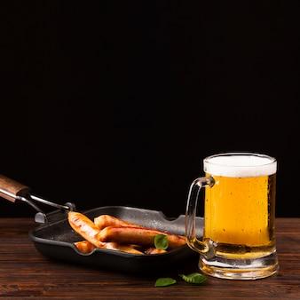 ソーセージとクローズアップビール