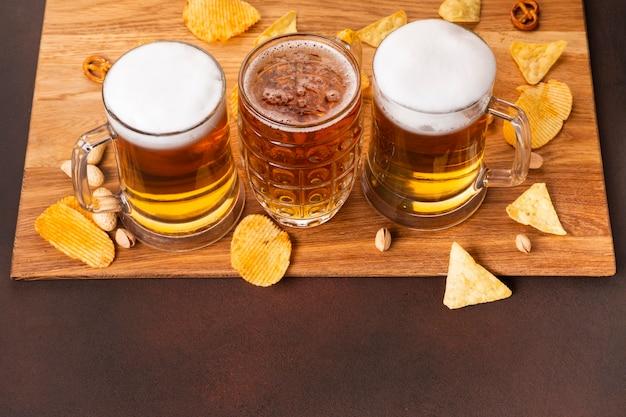 Крупным планом пиво с закусками