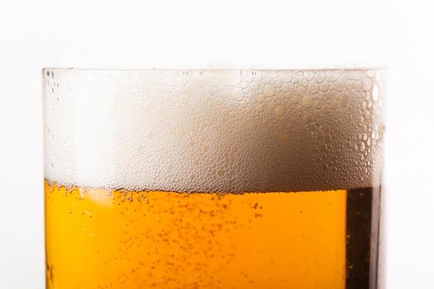 泡とクローズアップビールグラス