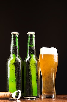 ビール瓶とオープナー付きマグカップ