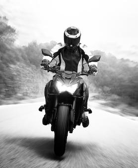 Панорамирование выстрел монохромного мотоциклиста