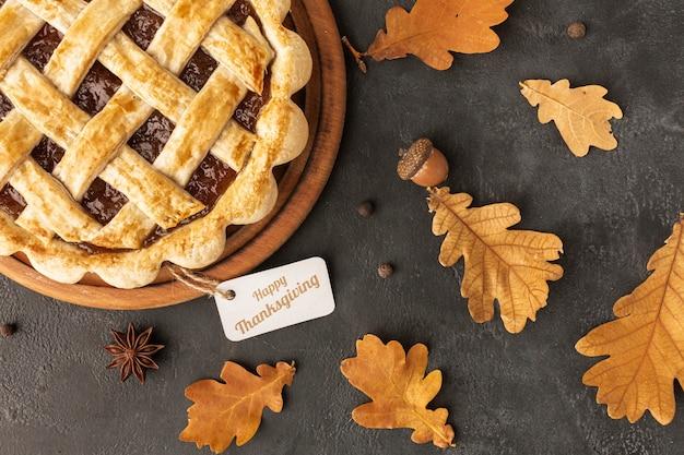 Вид сверху ассортимент с вкусным пирогом и листьями