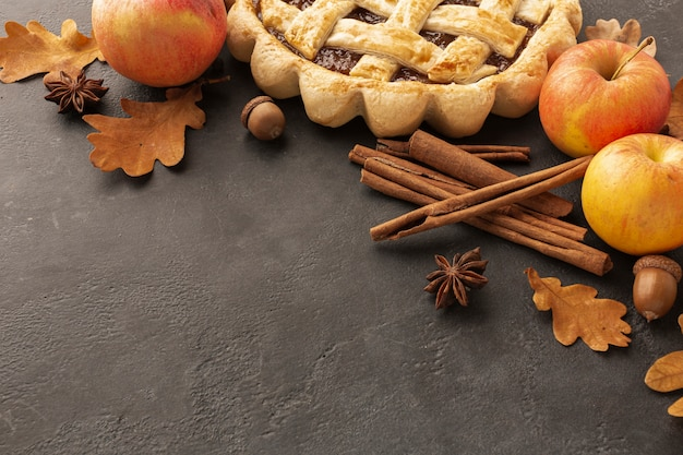 Широкий угол ассортимента с вкусным пирогом и яблоками