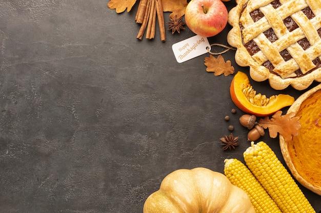 トップビューのパイと漆喰の背景にリンゴ