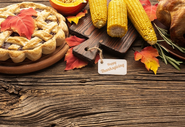 Высокий угол рамы с пирогом и кукурузой на деревянном фоне