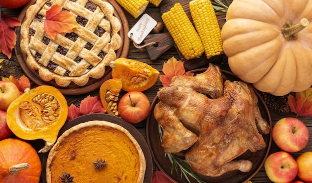おいしい感謝祭の食べ物とフラットレイアウトの品揃え