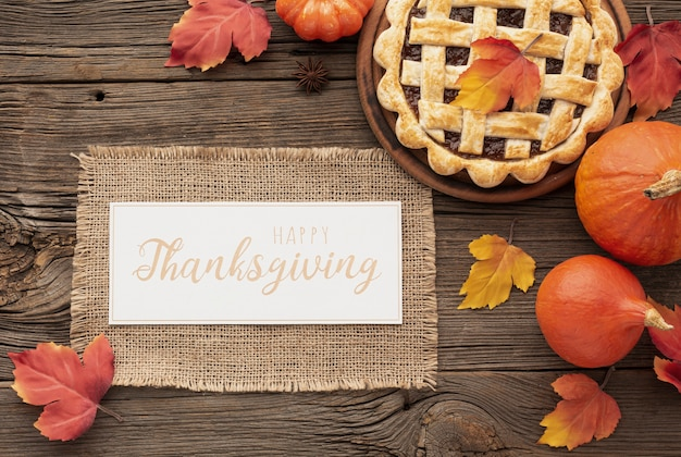 Вид сверху ассортимент с едой и знаком благодарения