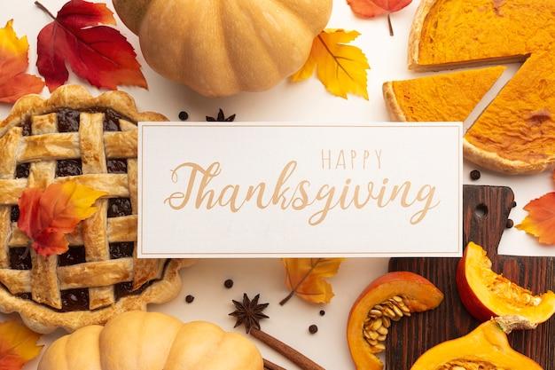 おいしい食べ物と感謝祭のサインとトップビューの配置
