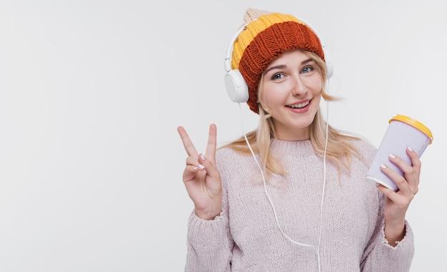 音楽を聴く若い美人