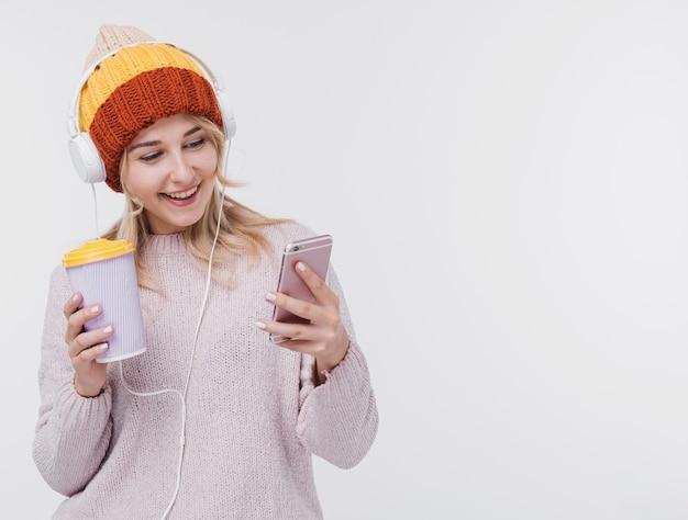 Красивая молодая девушка слушает музыку