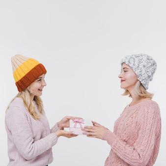 Молодые девушки обмениваются подарками