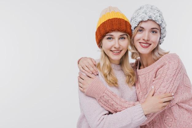 Очаровательные девушки обнимают друг друга