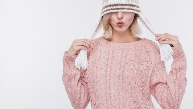 冬の帽子を持つ大人の女性